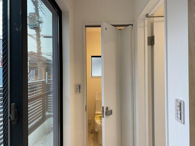 西東京市内の新築住宅のトイレのドア2 (2020.1.28) スプラッシュ