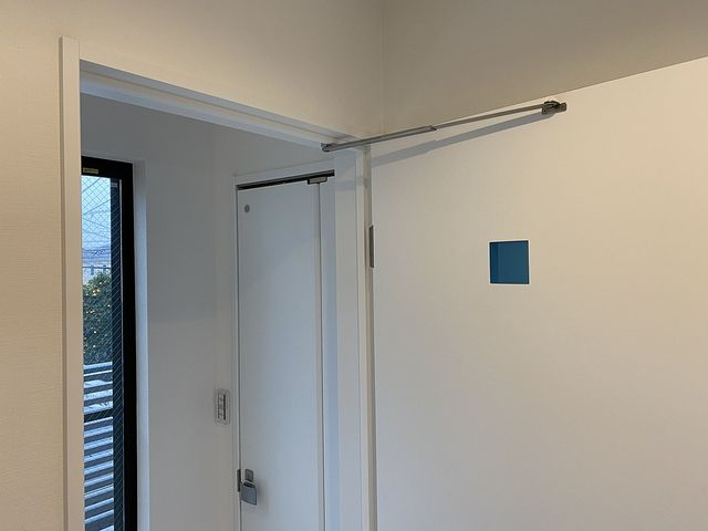 西東京市内の新築住宅の洗面化粧室ドアのクローザー (2020.1.28) スプラッシュ