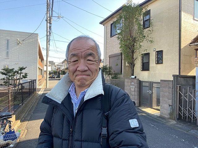 西東京市南町の道路上で自撮りする代表鈴木
