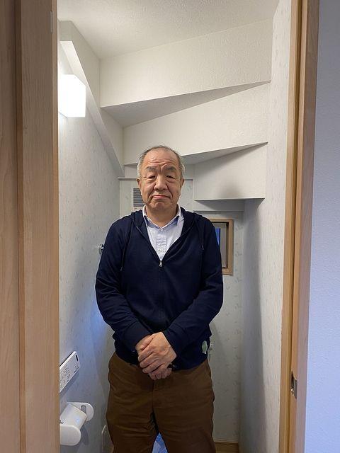 トイレ内で立つ鈴木