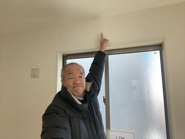 西東京市東町2丁目A号棟のLDKの天井を指差す鈴木(2020.1.31)スプラッシュ