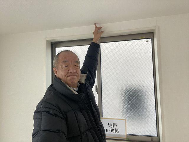 西東京市東町2丁目A号棟の納戸の天井を指差す鈴木(2020.1.31)スプラッシュ
