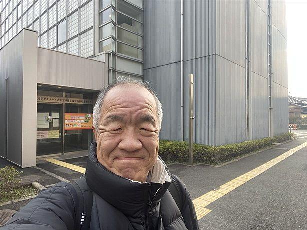 保谷庁舎防災センター前で自撮りする代表鈴木