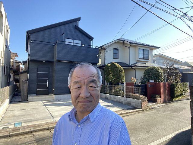 西東京市下保谷5丁目の新築住宅で自撮りする代表鈴木