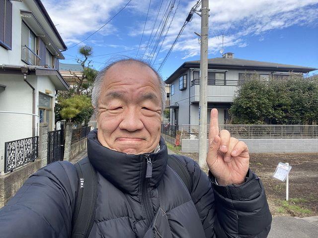 西東京市東町の現地にて自撮りする代表鈴木義晴