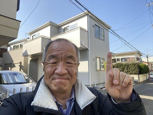 西東京市中町5丁目の新築戸建の前で写真を撮る鈴木義晴