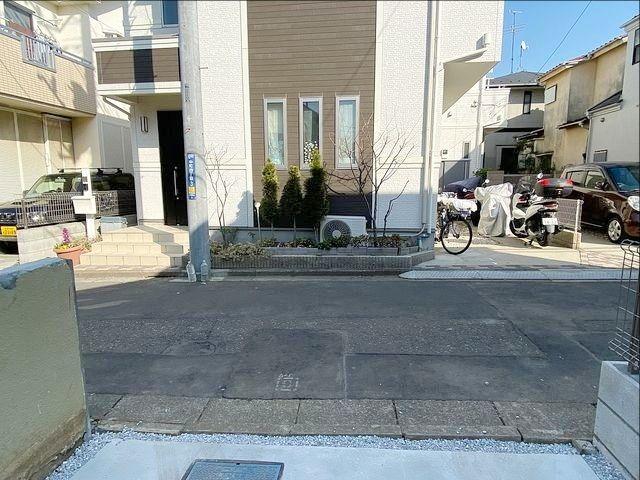 敷地延長部分から向かいの家を望んだ様子(左側にある電柱に注意)