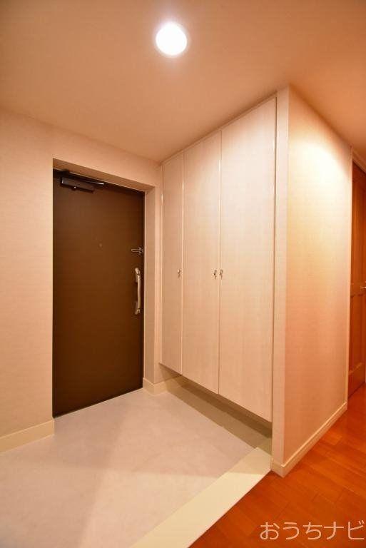 大型シューズボックスを備えた玄関