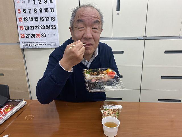 灯の焼き鳥弁当を食べる鈴木