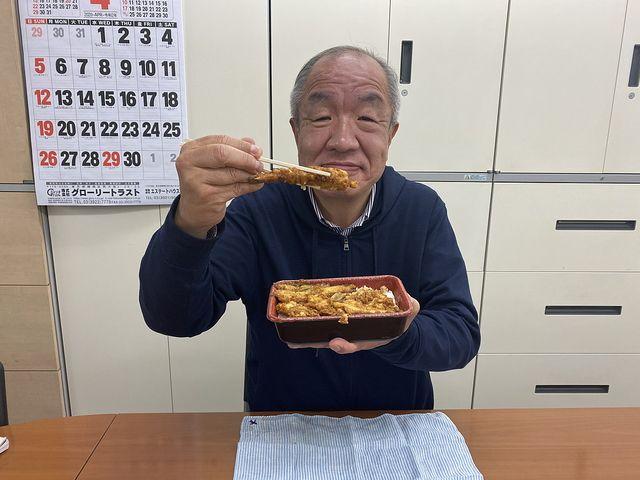 大村の天丼の海老を見せる鈴木