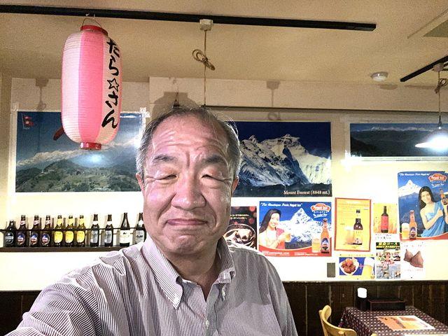 たら★さんの店内で写真撮影する鈴木義晴