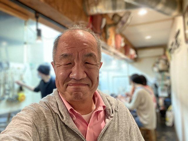 味一の店内で撮影する鈴木
