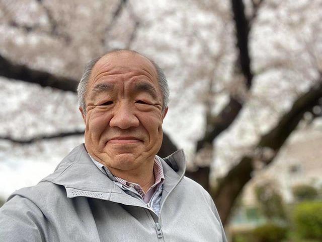 西東京市内の桜の樹の下で自撮りする株式会社スプラッシュ代表鈴木義晴