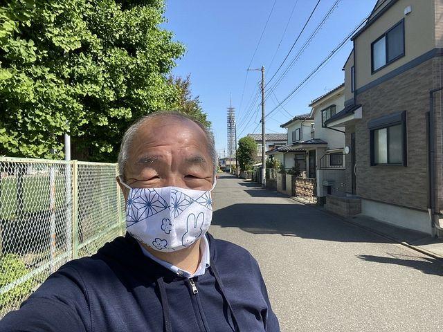 芝久保小学校前で自撮りする鈴木義晴