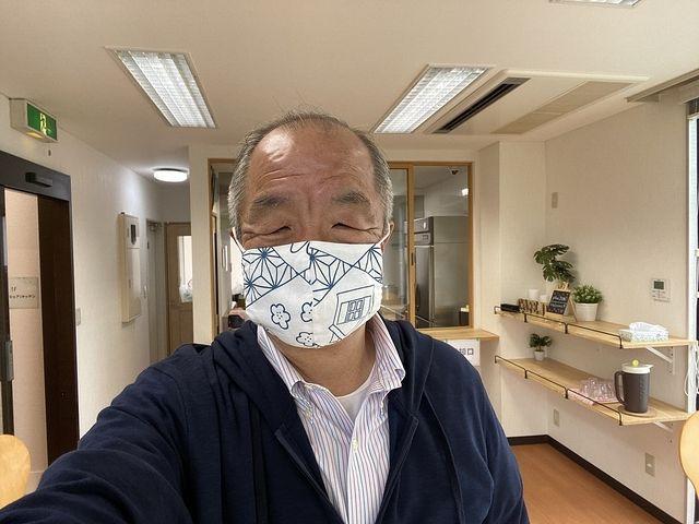 ちゃんこ屋DONの店内で自撮りする鈴木(2020.5.9・鈴木義晴)