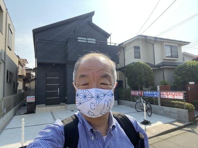 西東京市下保谷5丁目のj管理物件の前で自撮する鈴木