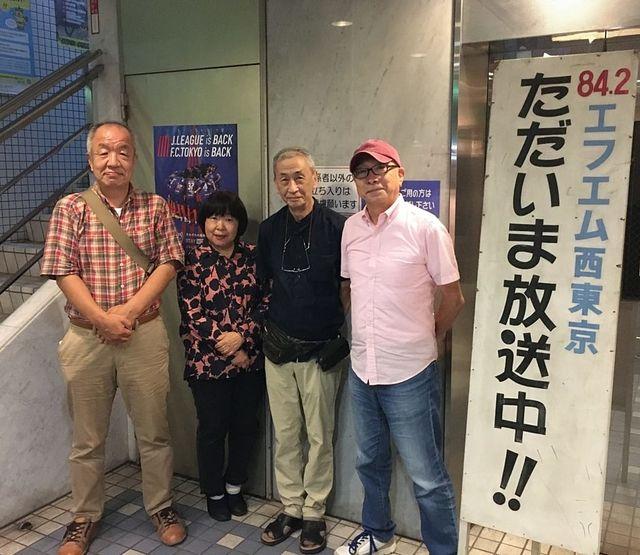 FM西東京1階ロビーで「大人の喫茶店」のスタッフと写真撮影する鈴木義晴