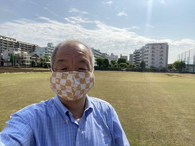 西東京市南町の芝生畑を背に自撮りする鈴木義晴