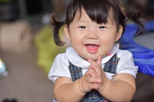 拍手をする小さな女の子(スプラッシュ)