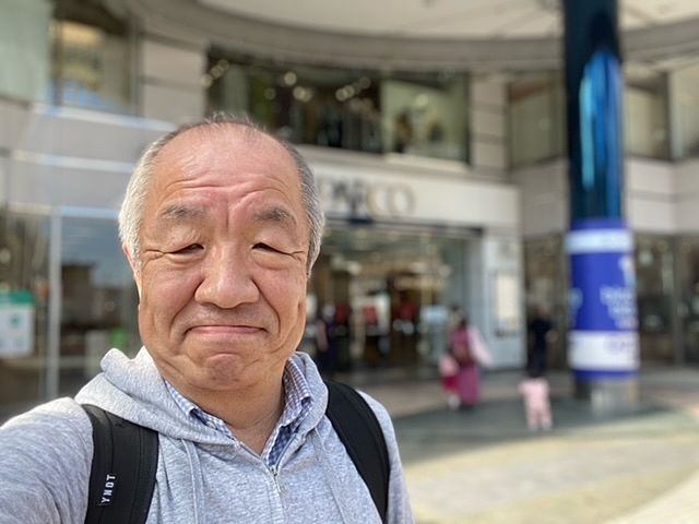 ひばりヶ丘パルコをバックに自撮りする鈴木義晴