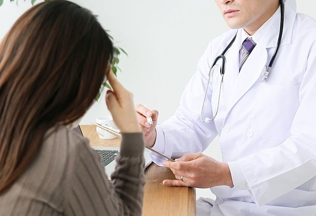 新型コロナウイルスの相談をする女性のイメージ画像