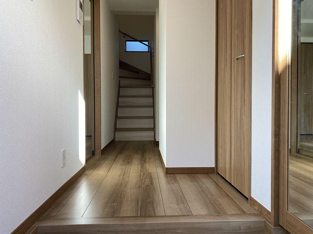 西東京市泉町の3階建て新築一戸建ての玄関及び廊下