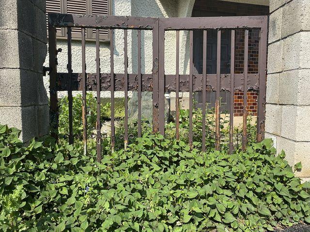 西東京市東町の空き家の錆びた門扉