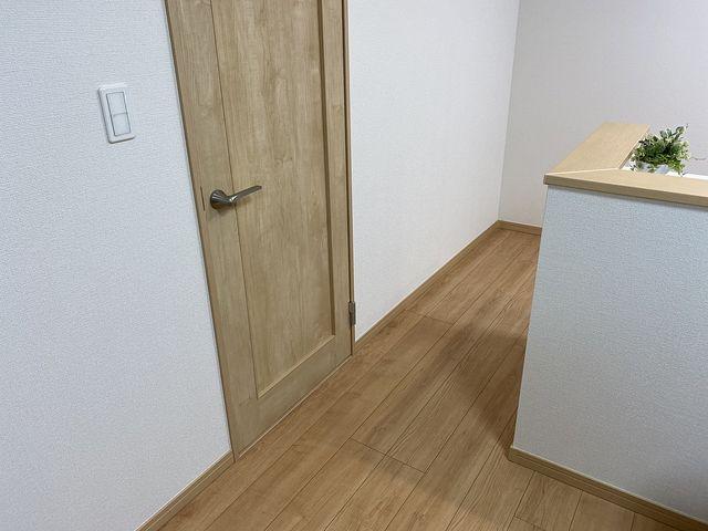 西東京市保谷町(飯田産業)洗面化粧室のドアとキッチン