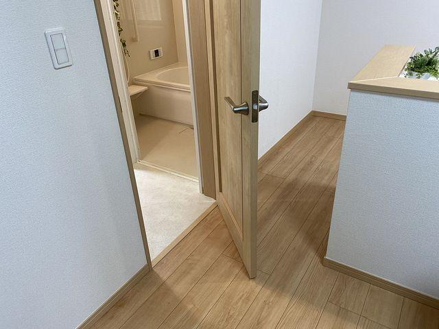 西東京市保谷町(飯田産業)洗面化粧室のドアとキッチン2