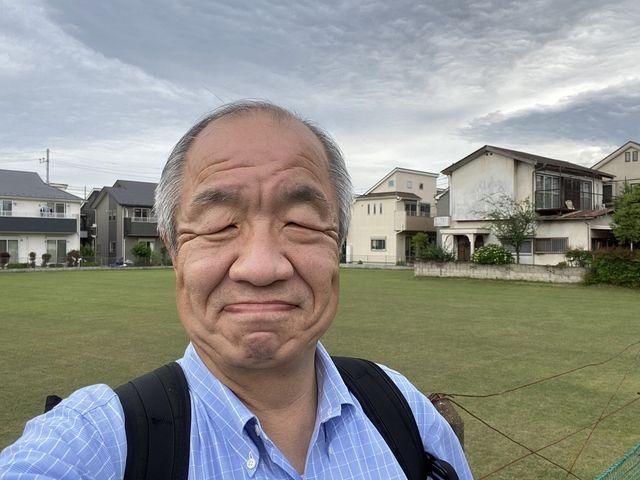 西東京市泉町3丁目の芝生畑をバックに写す鈴木義晴