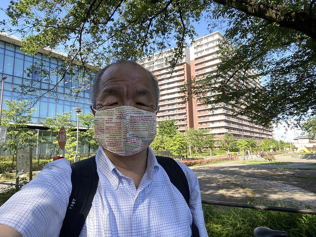 西東京市ヴィ・ガーデンを背景に自撮りする鈴木義晴