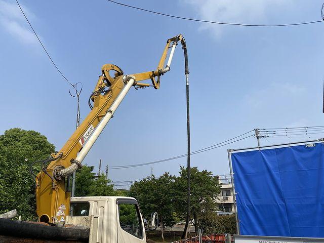 下保谷1丁目新築一戸建て:基礎工事のために準備する圧送車のポンプ