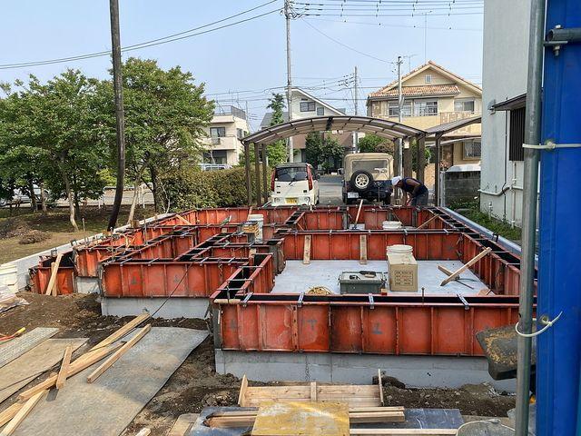 下保谷1丁目新築一戸建て:基礎工事の型枠を点検する様子