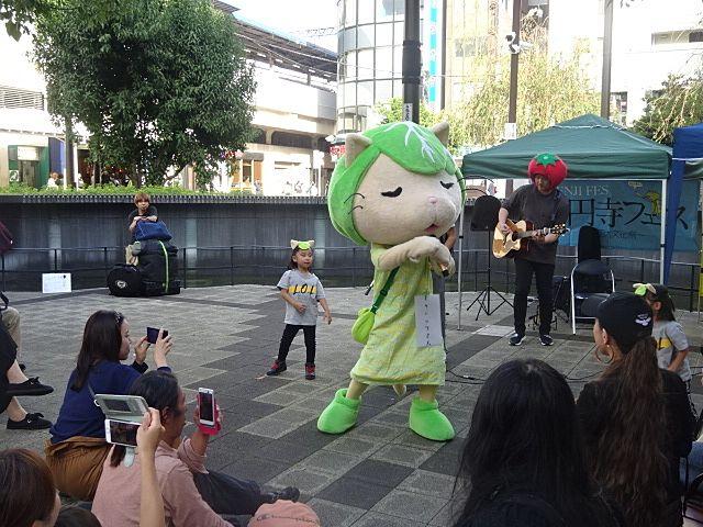 高円寺フェスで唄い踊るキャベッツさん