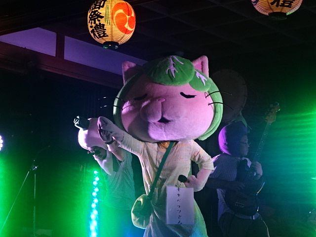 田無神社の例大祭で唄い踊るキャベッツさん