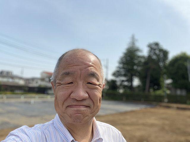 西東京市泉町3丁目土地を背景に自撮りする鈴木義晴