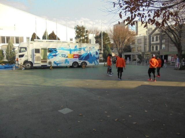 広場でボールゲームをする選手たち