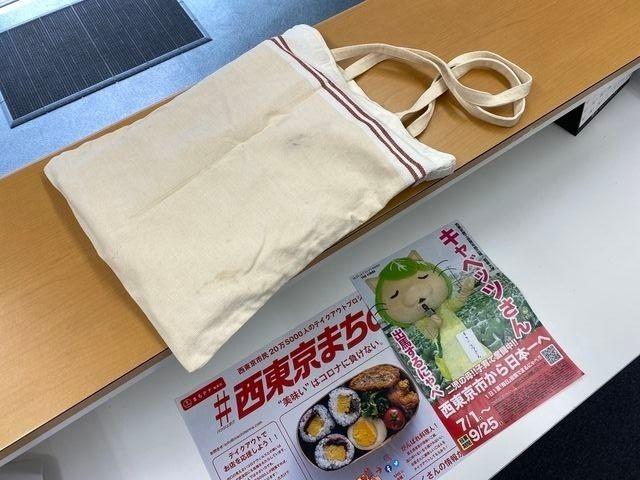 事務所内のカウンターにマイバッグ(キャベッツさんのポスター)
