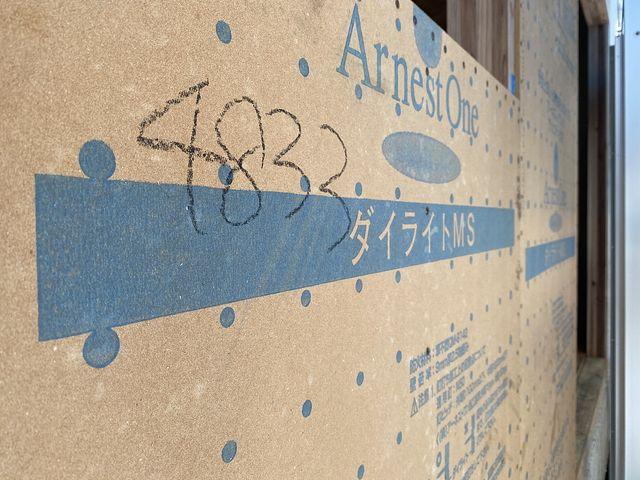 西東京市芝久保三丁目の建築中の新築一戸建て全2棟・2号棟の外壁ダイライト(2020.8.4.・スプラッシュ)