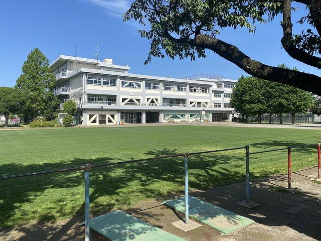 西東京市立芝久保小学校の芝生の校庭 スプラッシュ