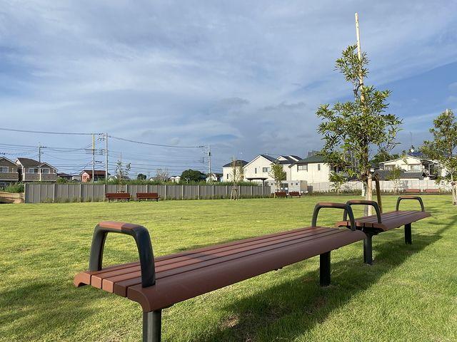 泉小わくわく公園の多目的広場のベンチ(2020.9.7)