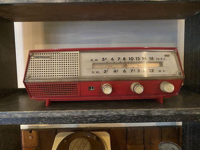 Recycle&Antiqud WELLの店内・古いラジオ(2020.10.21)