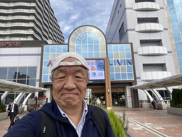 田無駅北口ペデストリアンデッキで自撮りする鈴木義晴