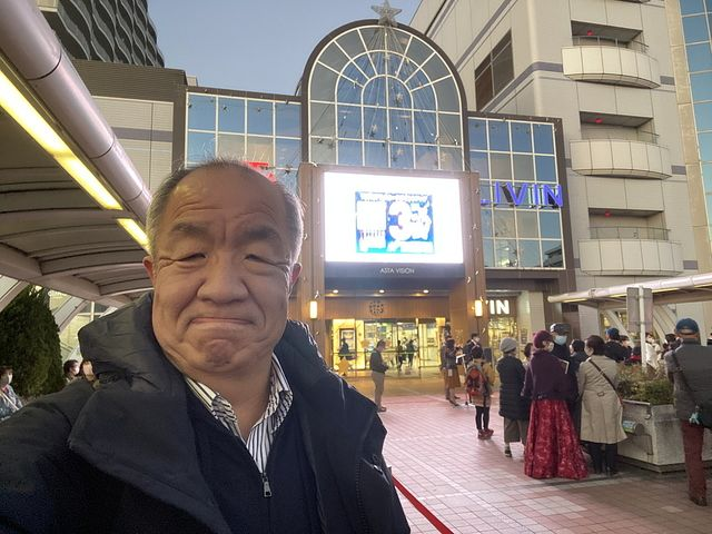 イルミネーション点灯式で自撮りする鈴木義晴(2020.11.21)スプラッシュ