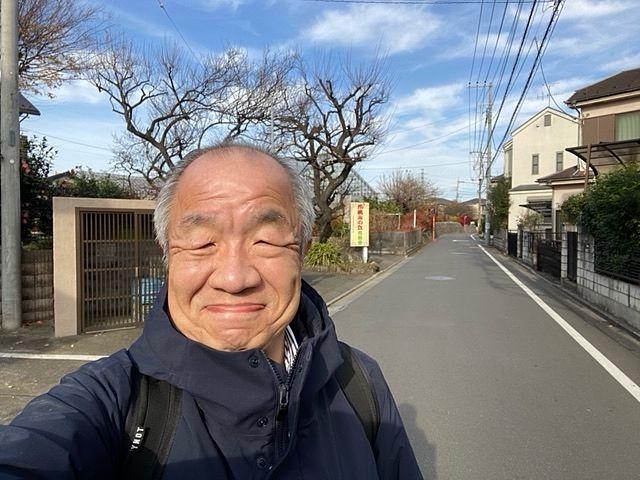 西東京市下保谷3丁目の住宅地で自撮りする鈴木義晴