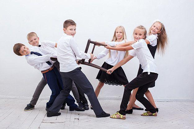 一つの椅子取り合う外国人の6人の子どもたち