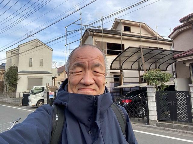 【管理物件】西東京市下保谷3丁目・売地を背景に自撮りする鈴木義晴(1.8)スプラッシュ