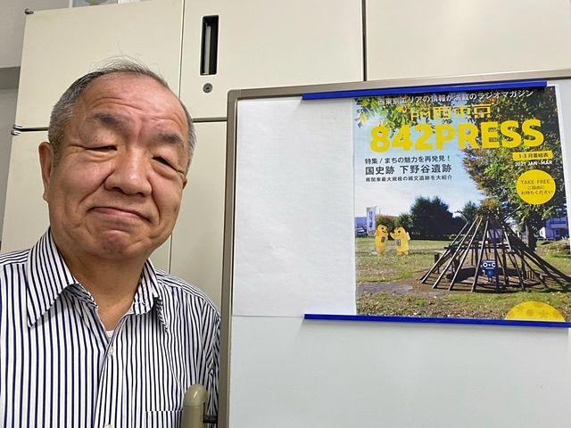 事務所内自撮りする鈴木義晴(スプラッシュ)