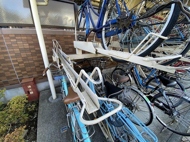 西東京市内のマンションのレール式駐輪場のレール部分(2.20)スプラッシュ
