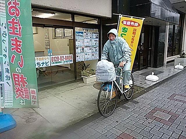 カッパを着て自転車に乗る鈴木